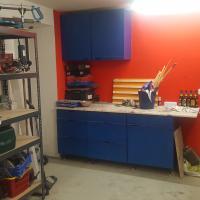 Die neue Werkbank mit farbiger Wand