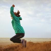 Kind springt vor Freude in Luft, weil Müll reduziert wurde