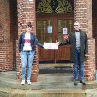 Einrichtungsleiter Bernhard Paßlick und Verwaltungsleiterin Sarah Biermann freuen sich über den Scheck der Informationsfabrik